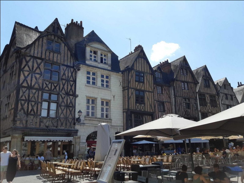 Le Val de Loire a beaucoup de belles villes remplies de monuments historiques. Quelle est celle-ci, où l'on peut visiter le musée du compagnonnage et boire un verre de Vouvray aux terrasses de la place Plumereau ?