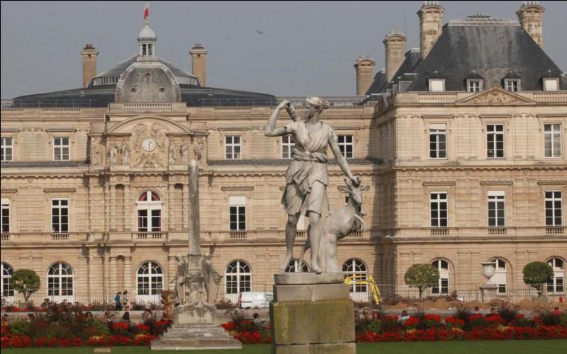 En traiteur j'ai travaillé dans ce haut-lieu de la République. Situé au 15 rue de Vaugirard dans le sixième arrondissement parisien c'est :