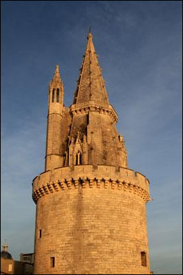 J'aime bien déjeuner au pied de la tour des Quatre Sergents, avant un match de rugby de l'équipe en jaune et noire. De Poitiers c'est à moins de deux heures. Quelle est cette ville ?