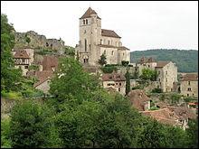 """Quel village médiéval surplombant la vallée du Lot a été le premier à être sacré """"Village préféré des Français"""" en 2012 ?"""