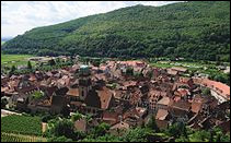 En 2017, c'est la ville natale d'Albert Schweitzer qui s'impose !Quelle commune alsacienne est dominée par le Schlossberg ?