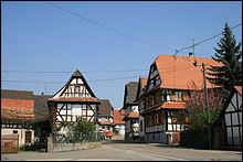 Le village élu en 2020 compte de nombreuses fermes à colombages inscrites aux monuments historiques.Quelle est cette commune bas-rhinoise à l'unité architecturale remarquablement conservée ?