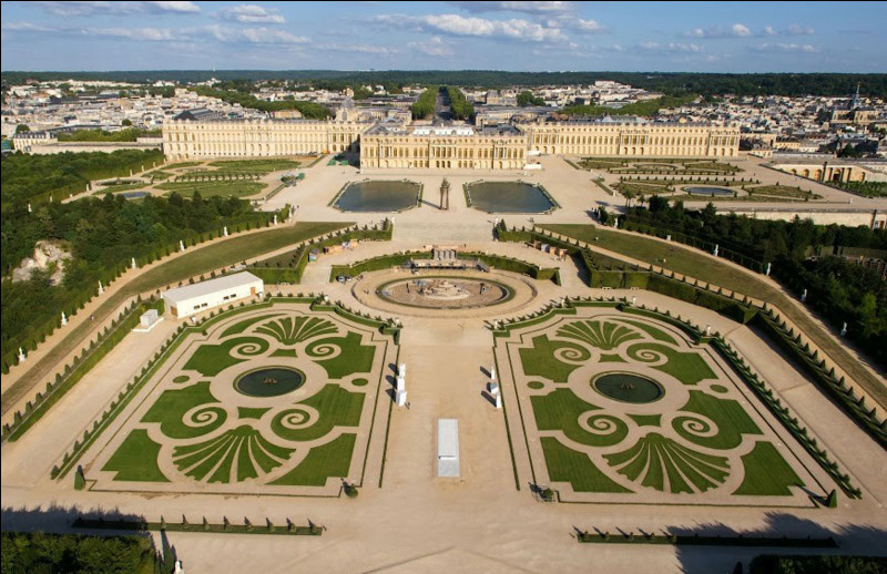 Premier lieu : le château de Versailles, tout le monde le connaît ! Situé en Île-de-France, il ravira les petits comme les grands ! Mais savez-vous sous quel roi le château commença à être bâti ?Indice : pour certain, ce nombre porte malheur, pour d'autres, il fait le bonheur.