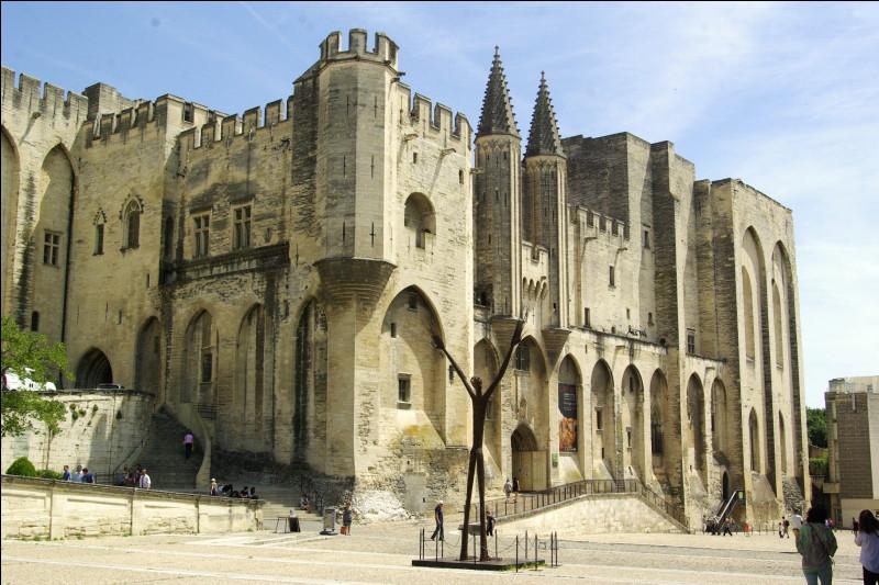 Belle architecture, n'est-ce pas ? Oui, c'est un monument du Sud de la France ! À quelle ville est rattaché le Palais des papes, monument gothique bien connu ? Il est situé en Provence-Alpes-Côtes-d'Azur et date du Moyen-Âge.Indice : une comptine avec le nom de la ville dans le titre !