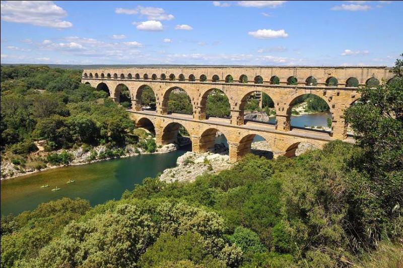 On continue avec les ponts ! Même si celui-ci est moins impressionnant et moderne, on peut quand même dire qu'il est très beau et tout aussi connu. Dans quel département de situe le pont du Gard, plus ancien que le précédent, mais tout aussi connu ?