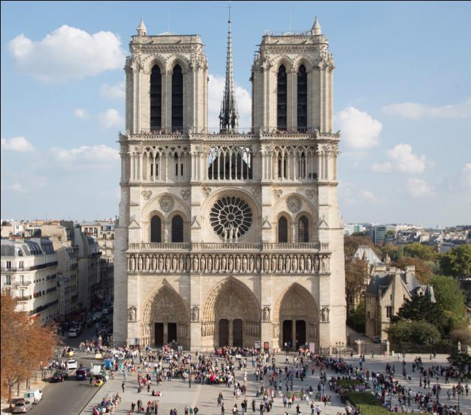 La cathédrale Notre-Dame de Paris est un lieux religieux connu de tous. Malheureusement, elle fut victime d'un incendie qui marqua toute la population française. Un bel édifice qui s'embrase ainsi, quelle calamité ! Quel jour a-t-elle brûlé comme ceci ?Indice : la date qui se rapproche le plus de Pâques 2019 !