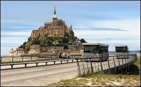 Comment était surnommé Anne Boutiaut une cuisinière française, renommée pour son auberge du Mont-Saint-Michel et une spécialité d'omelette ?