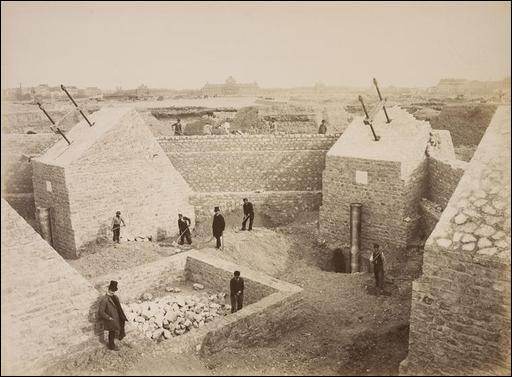 En septembre 1888, les ouvriers se mettent en grêve : ils réclament une prime de hauteur ! Avant de céder, le patron leur répondra :