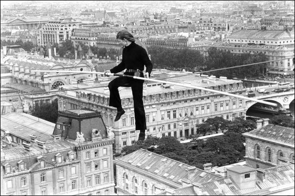 Sport (3) > 1989 > Un équilibriste parcourt 760 m sur un fil tendu du 2e étage jusqu'au Trocadéro. Il s'appellait Philippe ...