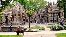 Auvergne-Rhône-Alpes - Le Palais idéal du facteur Cheval dans la Drôme. Pendant combien d'années Ferdinand Cheval a-t-il construit ce palais ?