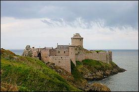 Bretagne - Le Fort la Latte dans les Côtes-d'Armor. En quelle année l'électricité est-elle (enfin) arrivée à ce château ?Indice : attentats du 11 septembre