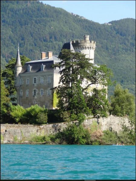 Où pouvez-vous trouver cette demeure au milieu d'un lac ?