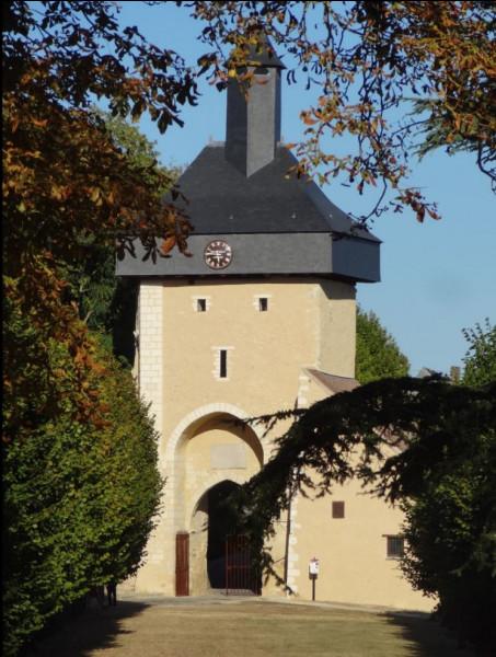 Dans quelle ville de France peut-on trouver cette tour de l'horloge réhabilitée suite à son effondrement en 2014 ?