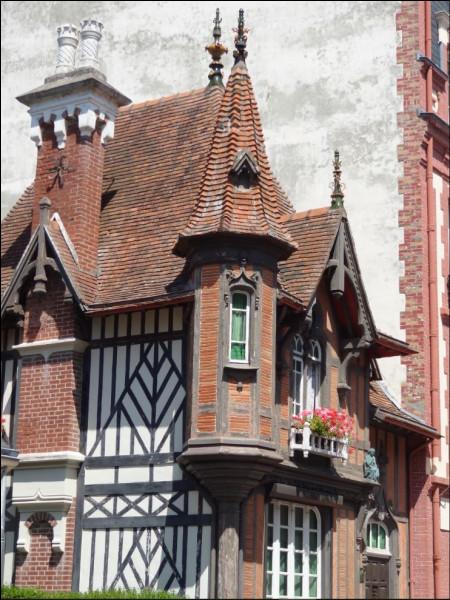 Dans quelle ville de Normandie peut-on trouver cette maison pittoresque en pleine rue marchande ?