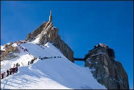 Pour cette dernière excursion, vous aurez besoin de crampons, d'un piolet et d'un bon guide !Départ de l'aiguille du Midi, descente de la crête enneigée, traversée de la vallée Blanche jusqu'au refuge Torino en Italie puis retour en téléphérique jusque...