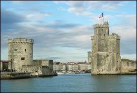 On commence notre voyage en bordure de l'océan Atlantique, dans la préfecture de la Charente-Maritime, avec cette vue sur les tours du Vieux-Port de...