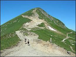 À quelques kilomètres de Clermont-Ferrand, vous pouvez gravir le puy de Sancy, le point culminant du Massif central.Dans quel département culmine le plus haut volcan (éteint) de France métropolitaine ?