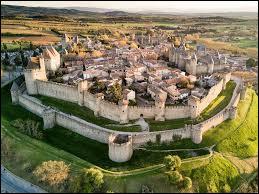 On change de région pour s'imaginer vivre au Moyen Âge avec cette cité fortifiée de l'Aude.Avez-vous identifié ce lieu restauré par Viollet-le-Duc au XIXe siècle ?