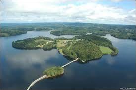 Au nord-ouest du plateau de Millevaches, se situe un des plus grands lacs artificiels de France. J'y ai passé des vacances en famille quand j'avais trois ans...Dans quelle ancienne région se trouve le lac de Vassivière ?