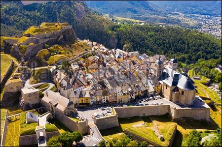 Perchée à 1326 mètres d'altitude, Briançon est considérée comme la ville la plus haute de France.Dans quel département pouvez-vous arpenter les rues de cette cité fortifiée par Vauban ?