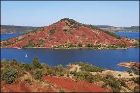 J'ai également trempé mes orteils dans ce lac entouré de plages et de monts de couleur rouge... Un coin propice aux baignades, à la bronzette, aux sports nautiques et aux promenades à pied ou en V.T.T.Où se situe le lac du Salagou ?