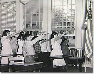 Le salut nazi est en fait apparu en 1892 avec Francis Bellamy, il constituait une allégeance au drapeau des Etats-Unis. Par quel signe ce salut fut-il remplacé après la montée en puissance du nazisme ?(Indice : l'avoir sur la main, c'est être généreux et gentil)