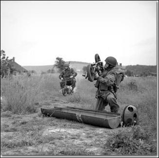 Quel moyen de locomotion a pu être parfois parachuté avec les soldats américains durant la Seconde Guerre mondiale pour les aider à entrer dans les camps ennemis ?