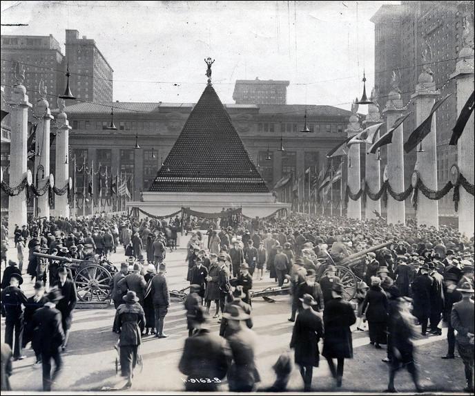 """En mai 1919, une grande fête est organisée à New York pour célébrer la victoire américaine lors de la Première Guerre mondiale. Une pyramide est construite avec des casques de soldats morts : de quelle nationalité étaient-ils ?(indice : leur nation est celle qui surnommera le traité de Versailles comme un """"Diktat"""")"""