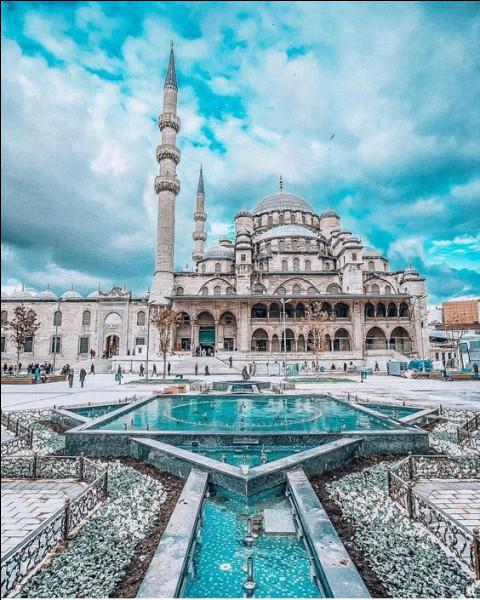 Laquelle de ces trois propositions ne peut pas correspondre à la ville de Constantinople ?