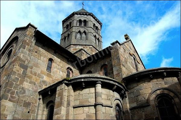 Où découvrirons-nous la basilique Notre-Dame-des-Miracles, une église de style roman, classée parmi les plus jolis monuments historiques de France et qui fait la fierté du Cantal ?
