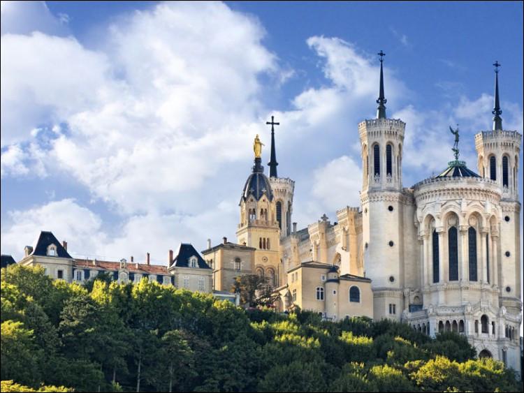 Où peut-on admirer la basilique Notre-Dame de Fourvière, qui domine sa ville depuis le XIXe siècle ?