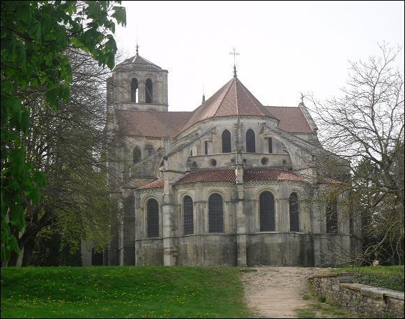Dans quelle région est édifiée la basilique Sainte-Marie-Madeleine de Vézelay ?