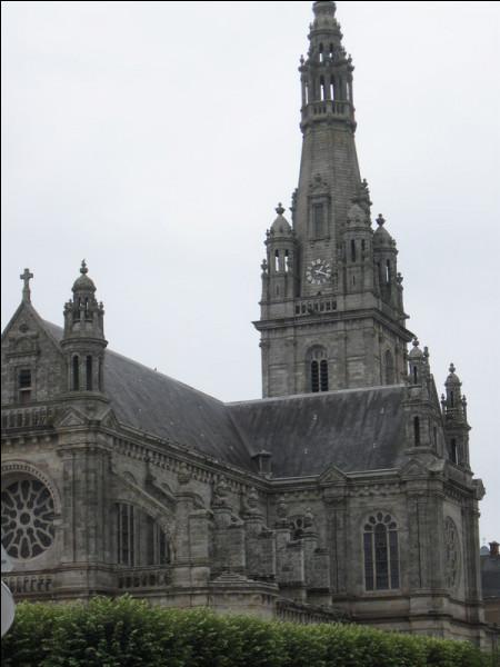 C'est dans une petite ville du Morbihan que nous allons découvrir cette sympathique basilique de style néogothique :
