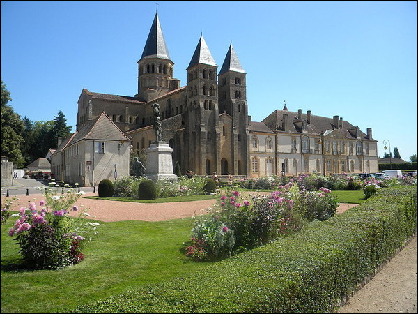Dans quel département pourrons-nous visiter la basilique du Sacré-Cœur de Paray-le-Monial, église romane, fleuron de l'art bourguignon ?