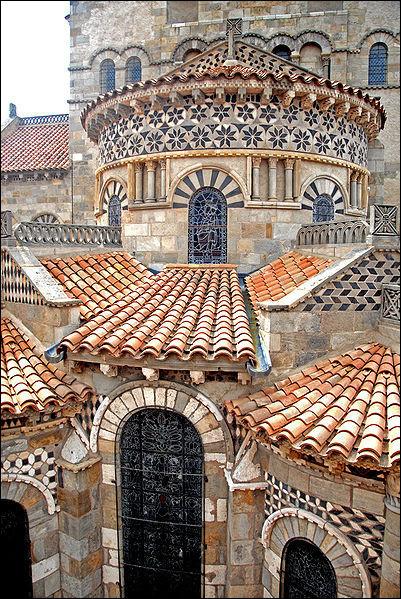 Voici l'imposante basilique de Clermont-Ferrand, dont le nom est Notre-Dame-du-Port, de quel style est cette église collégiale ?