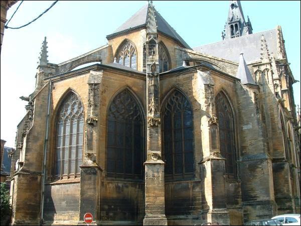 """La basilique Notre-Dame-d'Espérance de Charleville Mézières est un édifice de style gothique aux vitraux modernes, lui aussi classé """"monument historique"""". Où irons-nous la visiter ?"""