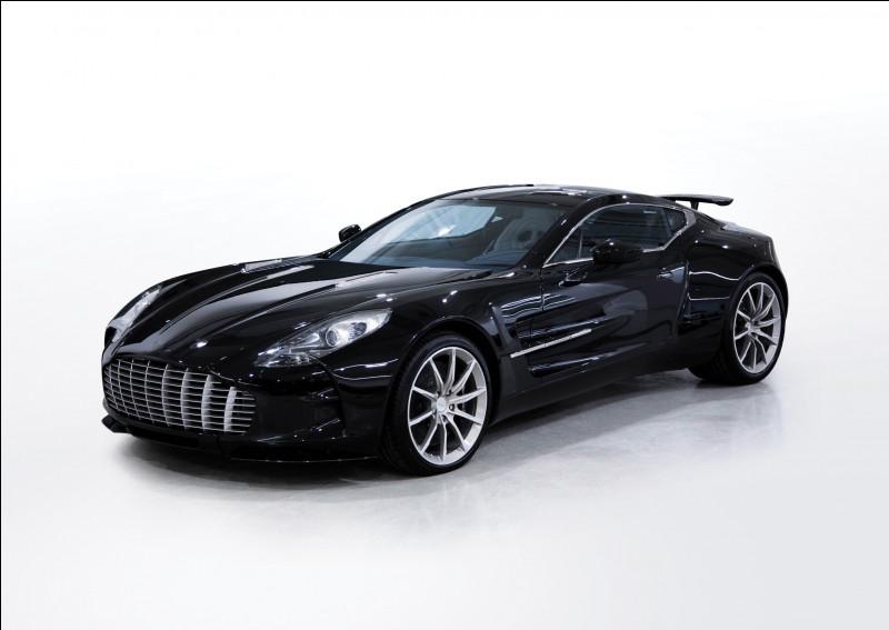 Ce coupé britannique a eu une production limitée à moins de 100 exemplaires, son constructeur est lié à un célèbre agent secret. Saurez-vous me la nommer ?