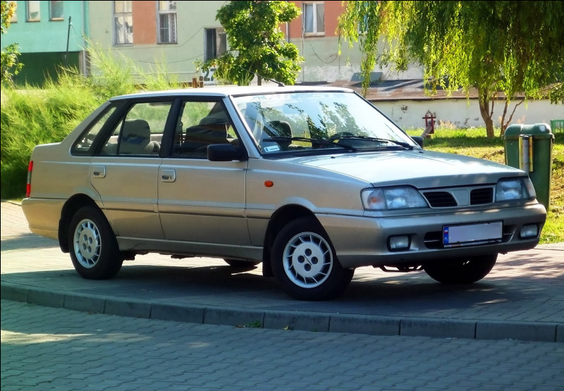 Dernier vestige d'une ère communiste, cette berline polonaise a reçu tellement d'évolutions qu'elle est restée en production près d'un quart de siècle. Quelle est cette voiture ?