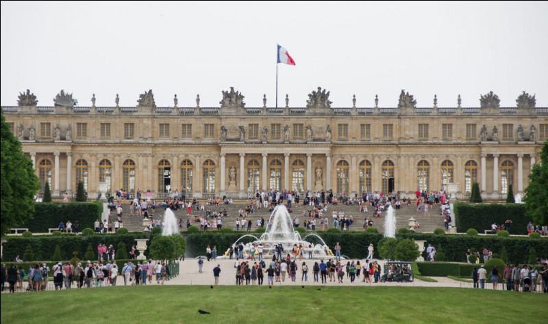 Nous quittons Paris mais restons en Île-de-France, dans les Yvelines, où arrivent en quatrième position le château et les jardins de Versailles ! Sur quelle superficie s'étendent-ils ?