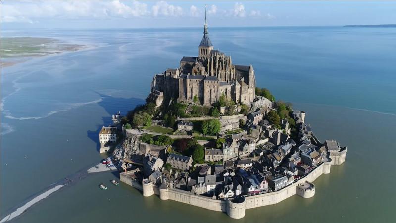 Nous quittons enfin définitivement pour ce quiz la région parisienne pour nous rendre au Mont St Michel, qui arrive en neuvième place de ce classement. ! Cette baie est le théâtre des plus grandes marées d'Europe continentale. À partir de quel coefficient de marée ce mont redevient-il une île ?