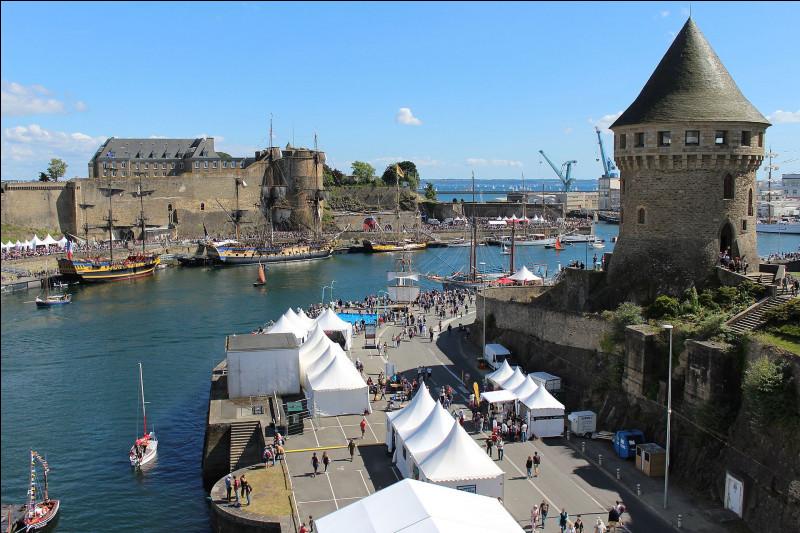 Comment s'appelle cette ville portuaire à l'ouest de la région ?
