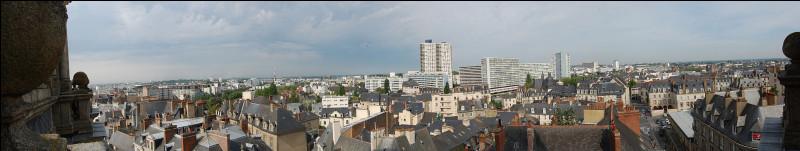Comment se nomme cette grande ville bretonne dans les terres ?