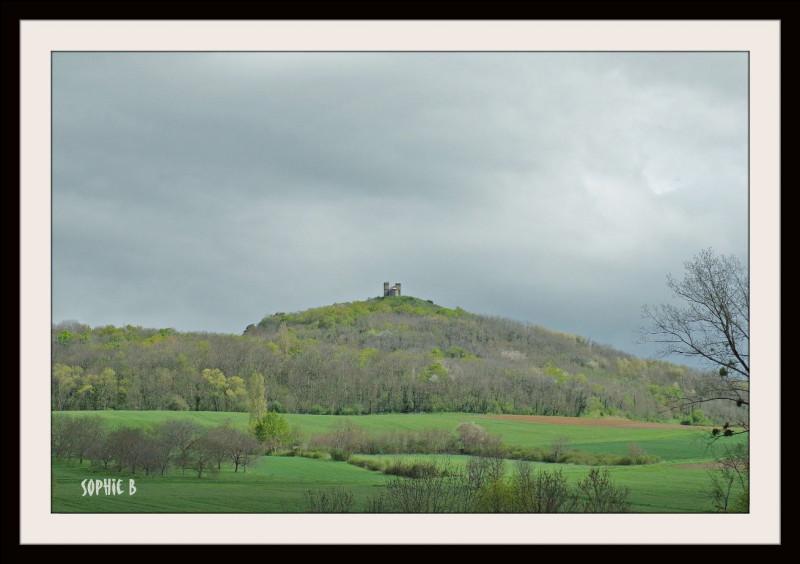 Et pour finir (ou commencer !) votre promenade, allez chanter sur la colline du [...] d'où le silence n'est perturbé que par le fracas des nuages qui s'amoncellent...