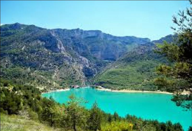 Comment s'appelle le lac à l'entrée des Gorges du Verdon ?