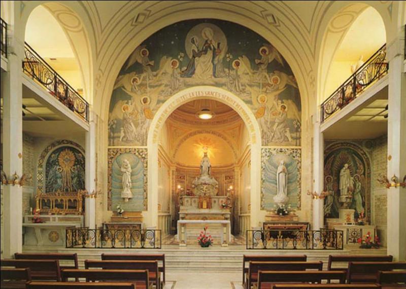 Connaissez-vous la chapelle Notre-Dame-de-la-Médaille-miraculeuse ? C'est un haut lieu de pèlerinage ce qui en fait le onzième lieu le plus visité de France ! À qui serait apparue la Vierge Marie en 1830 ?