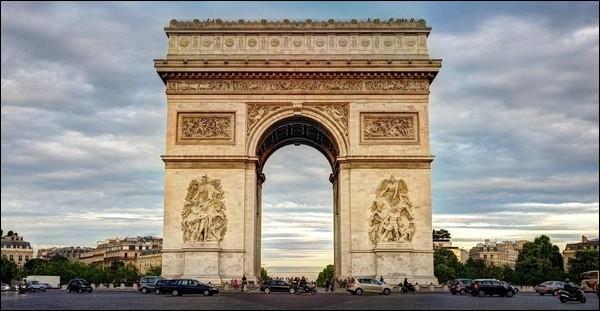Nous retrouvons enfin l'Arc de triomphe, en quatorzième place ! Dans ce monument symbole des Champs-Élysées repose en paix le Soldat inconnu. Quand a-t-il été tué ?