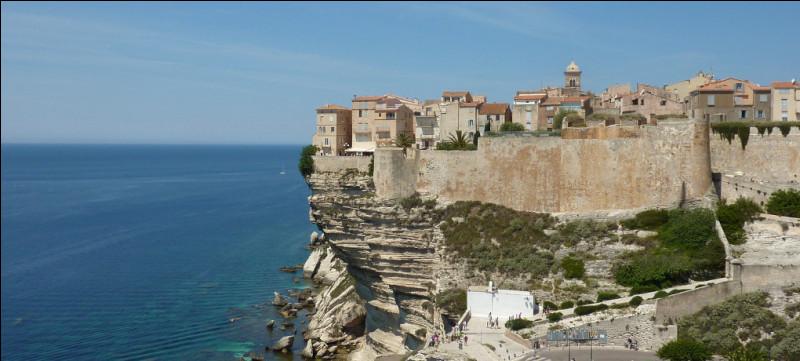 En quinzième place arrive la citadelle des falaises de Bonifacio ! Que ne pouvez-vous pas voir grâce à son panorama à couper le souffle ?