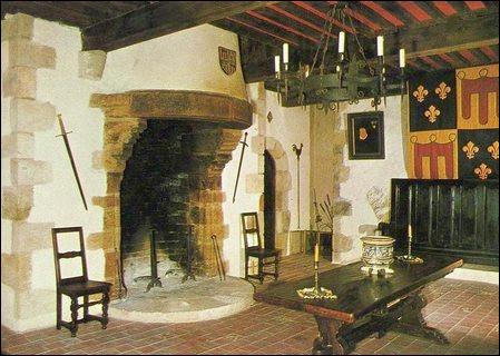 Les propriétaires actuels habitent donc les lieux, qu'ils ont rénovés durant ... ans : dans la cheminée, ils m'ont affirmé ...
