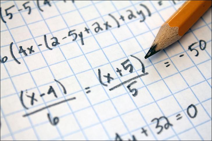 Benoit766 est un membre passionné de mathématiques. Laquelle de ces propositions correspond à une des trois identités remarquables à retenir dès le collège ?