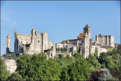 Avis ! Qu'on se le dise : la cité de Chauvigny sera gardée, non pas par 1, ni 2, mais ... châteaux forts et ... portes ! MM. les rameurs et autres bateliers devront emprunter les ... de cours d'eau la traversant !
